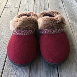 Isotoner burgundy slippers with faux fur trim sz 8